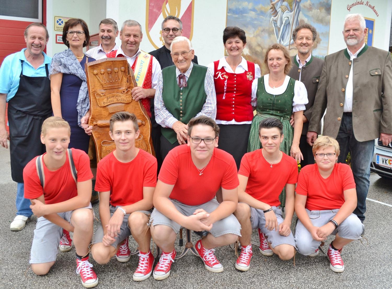 Die Familie des Salamikönigs, die Bronzemedaillengewinner Ida und Hans Skuk, Neo-60er Ehrenbürger Siegi Hoffmann gemeinsam mit den Gratulanten beim Bacher Kirchtag