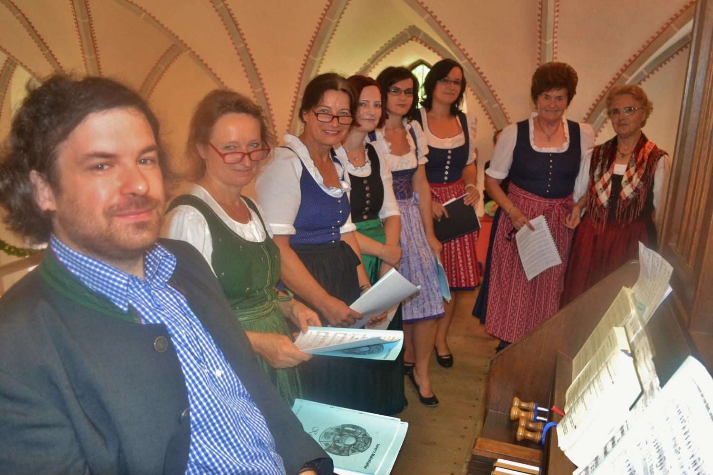 Jakob Mokoru und die Damen des Bacher Kirchenchores bereit für die Festmesse