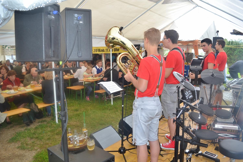 Weiter gehts im Festzelt, wo Manfred Skubel und sein Sportrast-Team die vielen Gäste kulinarisch versorgt
