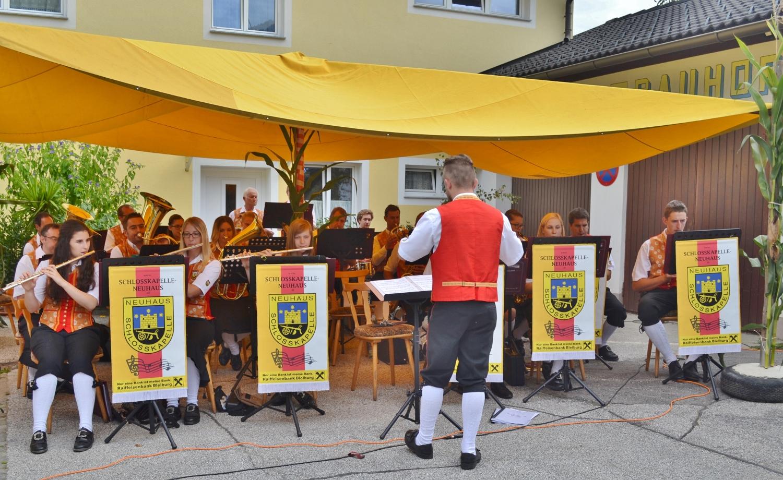 Die Schlosskapelle Neuhaus spielt unter Kapellmeister Johannes Glawischnig zum Frühschoppen auf